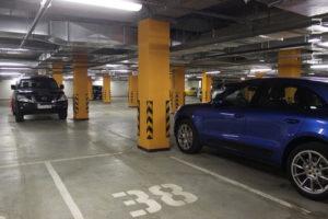 Огороженное разметкой машиноместо в паркинге