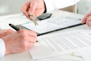 Обычно продавец выписывается из квартиры перед залючением сделки
