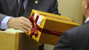Стоимость подарка госслужащему не должна превышать 3000 рублей