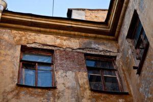 Договор социального найма может быть расторгнут в случае признания дома аварийным